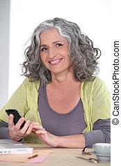 användande, kvinna, äldre, mobiltelefon