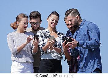 användande, smartphones., grupp, ungdomar