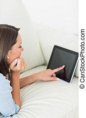 användande, soffa, lögnaktig, skrivblock persondator, kvinna