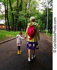anya, és, kevés, göndör, totyogó kisgyerek, leány, jár együtt, alatt, egy, liget, képben látható, egy, nedves, nyár nap, eső, kilátás, fogad