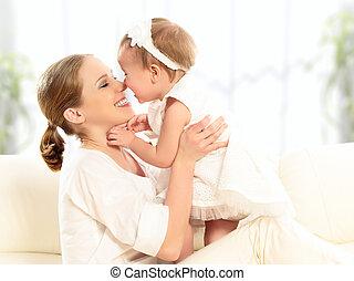 anya, csecsemő, boldog, bánik, family., lány, csókolózás, pamlag, ölelgetés, otthon