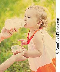 anya, etet, csecsemő, szabadban, alatt, a, fű