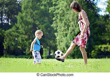 anya fiú, játék labda, alatt, a, park.