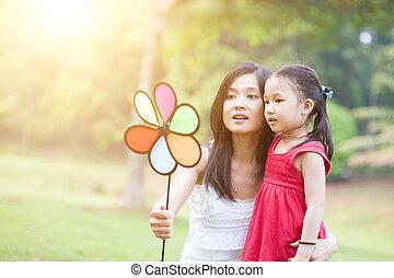 anya lány, játék, szélmalom, alatt, a, zöld, park.