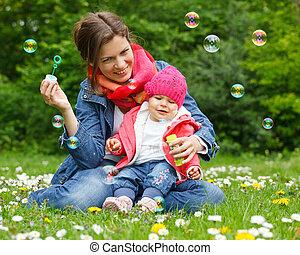 anya, noha, csecsemő, a parkban