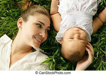 anya, noha, kevés, csecsemő lány, lefektetés, képben látható, fű