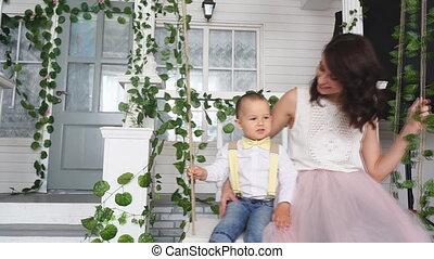 anyu, és, neki, fiú, lovagol, képben látható, egy, hinta, közel, a, épület
