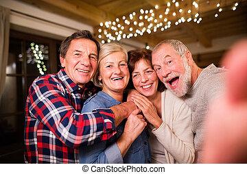 anziano, amici, con, smartphone, presa, selfie, a, natale,...