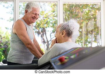 anziano attivo, amici, parlare, e, lavorare fuori, in, circolo idoneità