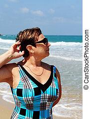 anziano attivo, donna, spiaggia