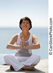anziano, donna, meditare