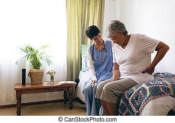 anziano, dottore femmina, interagire, paziente
