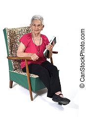 anziano, libro, lettura donna