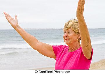 anziano, pregare, spiaggia, donna