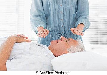 anziano, reiki, sopra, terapeuta, uomo, compiendo