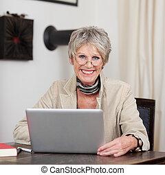 anziano, signora, dare, uno, bello, sorriso, mentre, lavorativo
