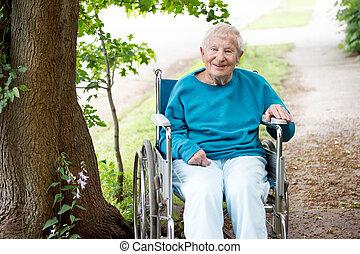 anziano, signora, in, carrozzella, sorridente