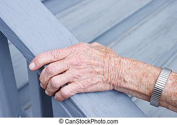anziano, signora, presa a terra, uno, sbarra gradino