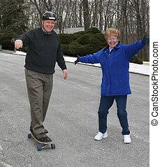 anziano, skateboarding