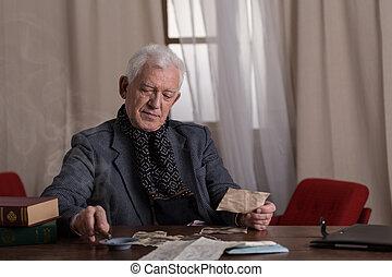 anziano, solitario, milionario