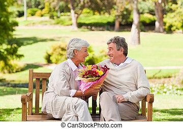 anziano, suo, fiori, offerta, uomo