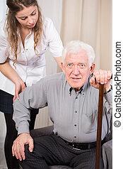 anziano, tentando, su, ottenere