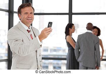 anziano, uomo affari telefono