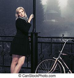 ao ar livre, agasalho, mulher jovem, pretas, nevoeiro, moda