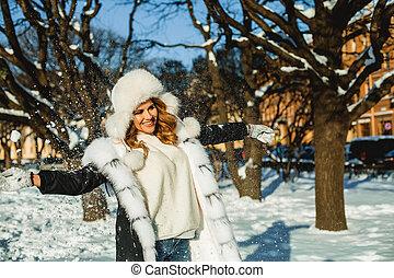ao ar livre, casaco pele, mulher, pretas, chapéu branco, feliz