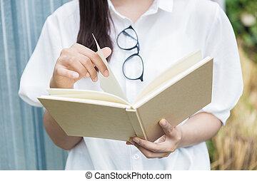 ao ar livre, femininas, livro, segurar passa, abertos