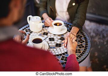 ao ar livre, gastando, par, mãos, enquanto, segurando, tempo, encantador, café