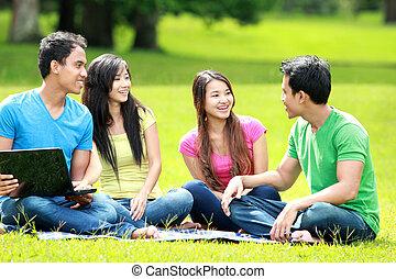 ao ar livre, grupo, laptop, jovem, estudante, usando