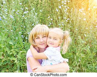 ao ar livre, natureza, criança, abraçando, grass., verde, mãe, divertimento, tendo