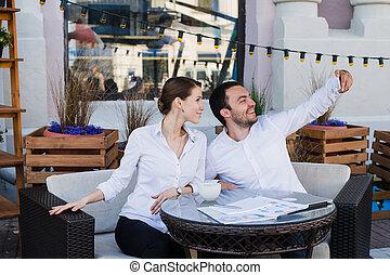 ao ar livre, negócio, restaurante, par, levando, selfie, feliz