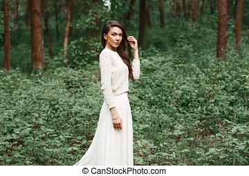ao ar livre, retrato, de, bonito, jovem, caucasiano, morena, mulher, em, vestido branco, sobre, foliage verde, experiência