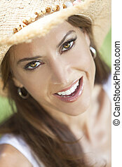 ao ar livre, retrato, de, bonito, mulher jovem, em, palha, chapéu vaqueiro