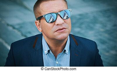 ao ar livre, retrato, de, um, homem, é, óculos sol cansativo