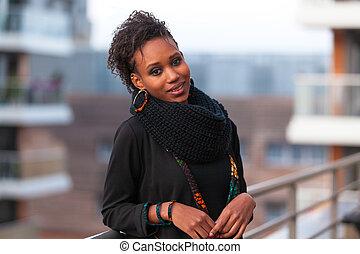 ao ar livre, retrato, de, um, jovem, bonito, mulher americana africana