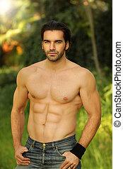 ao ar livre, retrato, de, um, shirtless, olhar bom, ajustar,...
