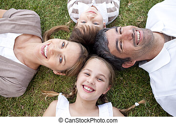ao ar livre, sorrindo, mentindo, família