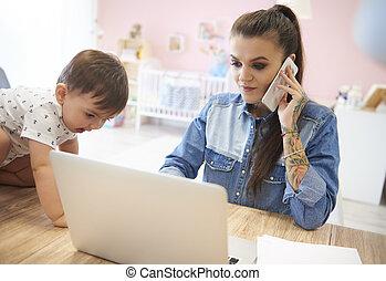 ao lado, kiddie, jovem, sem fios, mãe, usando, tecnologia