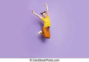 após, sobre, isolado, foto, fundo, rejoicing, cheio, tamanho, corpo mulher, shopping, extático, perto, sabido, tendo, pular, pastel, vendas, cima, centro comercial, violeta, expressar, comprimento, cor, felicidade, emoções
