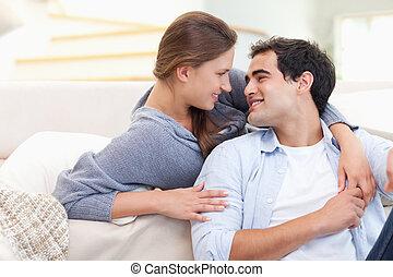 apaixonadas, embracing pares, um ao outro