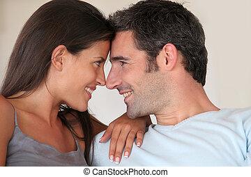 apaixonadas, par, olhando um ao outro