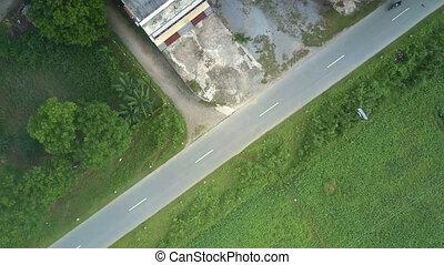 aparat fotograficzny, descends, do, droga, wśród, zielony krajobraz