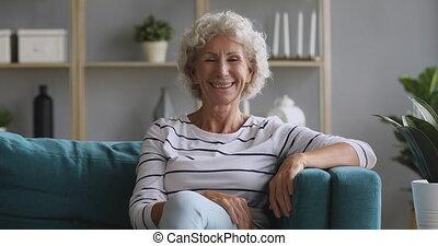 aparat fotograficzny, kobieta, sofa, senior, patrząc, pozować, stary, szczęśliwy
