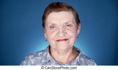 aparat fotograficzny., portret, błękitny, tło., patrząc, kobieta, sędziwy, rodzaj, kaukaski, babcia, studio, uśmiechanie się
