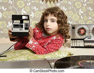 aparat fotograficzny, retro, fotografia, mała dziewczyna, w, rocznik wina, pokój