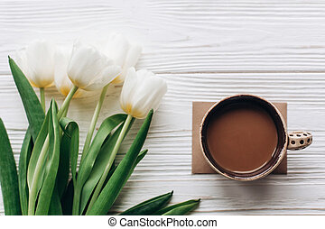 apartamento, café, womens, espaço, madeira, tulips, concept., mães, text., olá, rústico, experiência., ou, configuração, primavera, elegante, flores brancas, manhã, dia