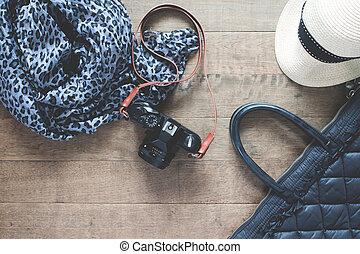 apartamento, configuração, fotografia, com, câmera, viagem, acessórios, essencial, itens, para, mulher, cima visão, vista superior, ligado, madeira, fundo